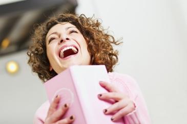 mujer-riendo-con-libro